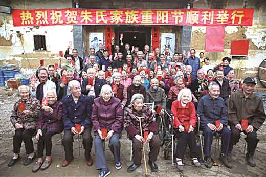 60多位老人免费吃喝领红包
